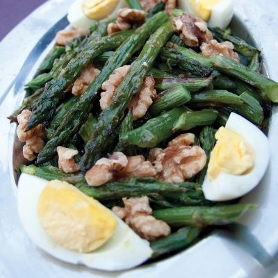 This easy asparagus walnut salad is the perfect complement when you're on Atkins phase 1. On Atkins phase 1 you can enjoy this walnut and asparagus salad as a side dish or your main entrée.